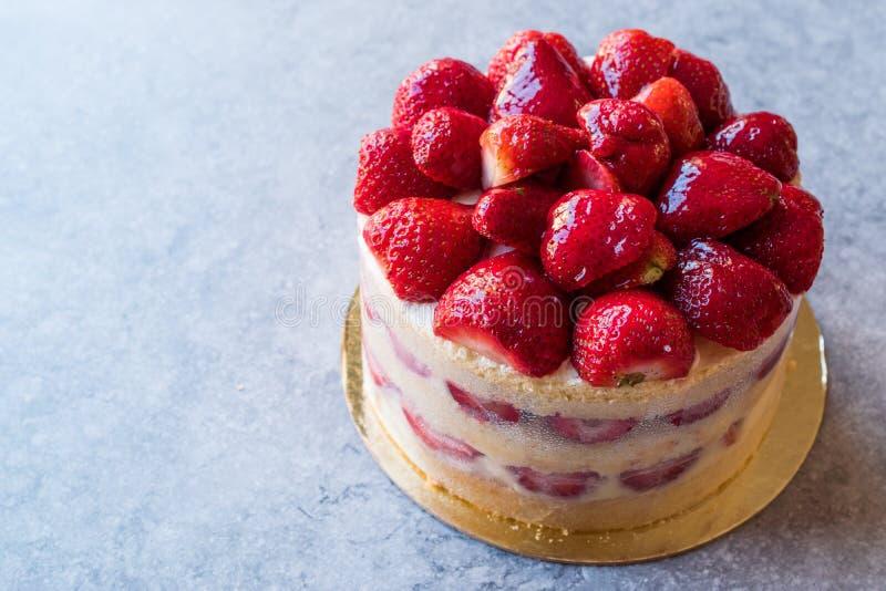 可口新鲜的自创草莓蛋糕 图库摄影