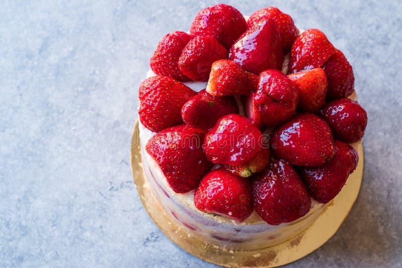 可口新鲜的自创草莓蛋糕 库存照片