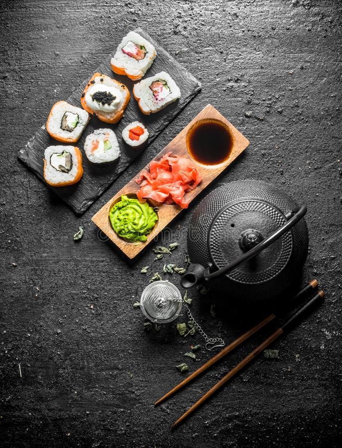 可口日本寿司卷片断用绿茶和调味汁 库存图片