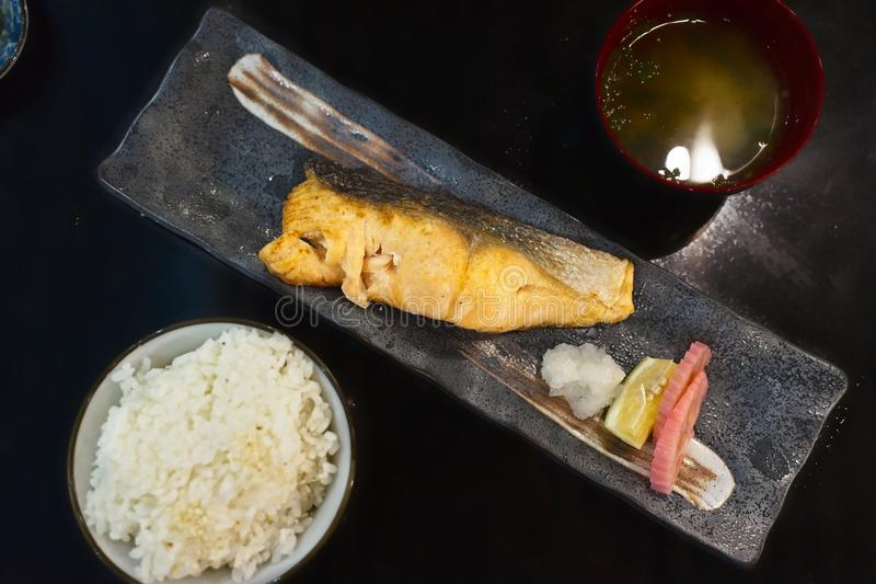 可口日本食物,烤三文鱼盐鱼服务用大酱汤和米 库存图片