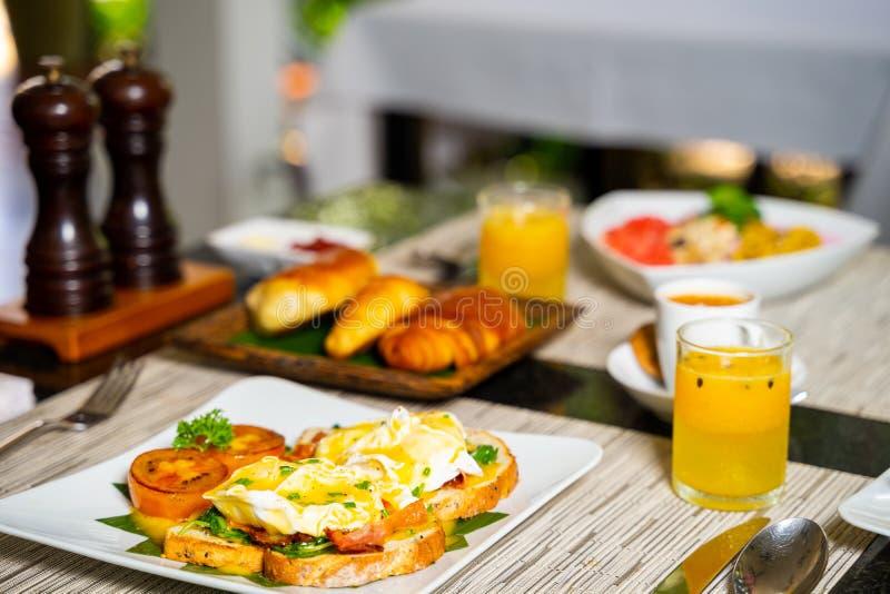 可口早餐供应有酥皮点心模糊的背景  图库摄影