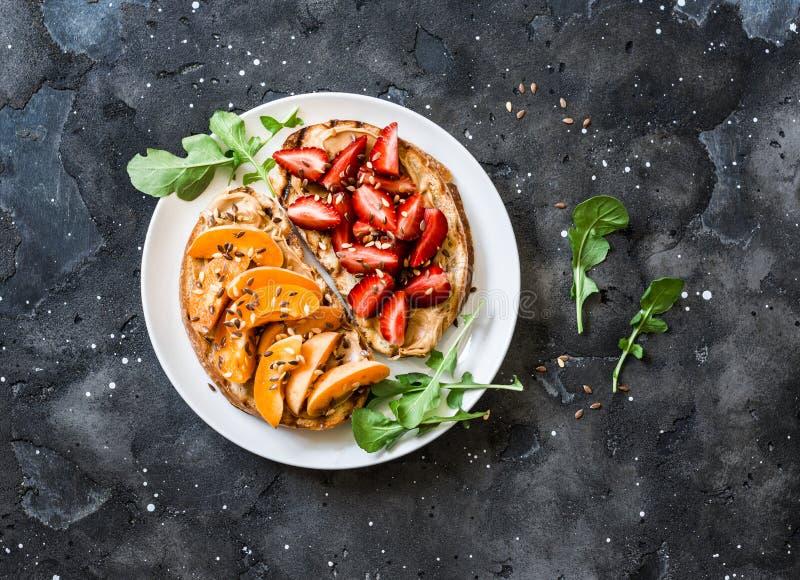 可口早餐或快餐-花生酱草莓,在黑暗的背景,顶视图的杏子三明治 库存照片