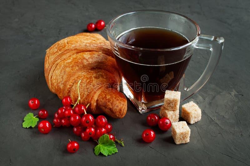 可口早餐用新鲜的新月形面包、红浆果和咖啡 库存照片