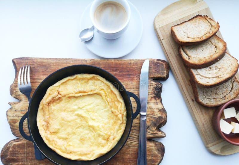可口早餐:咖啡,油煎方型小面包片,在平底锅的炒蛋 国家食物 库存照片