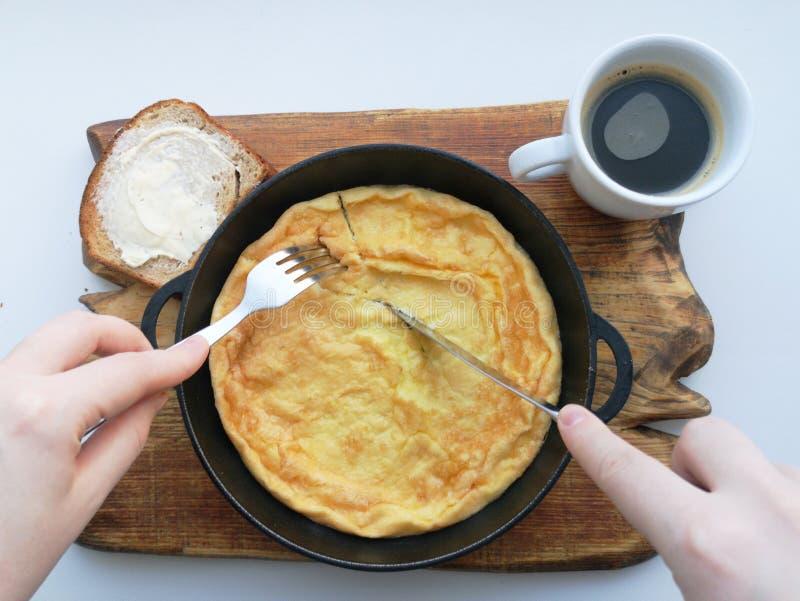 可口早餐:咖啡,油煎方型小面包片,在平底锅的炒蛋 国家食物 免版税图库摄影