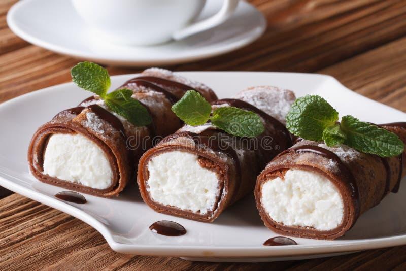 可口早餐:有乳清干酪的巧克力绉纱 免版税库存照片