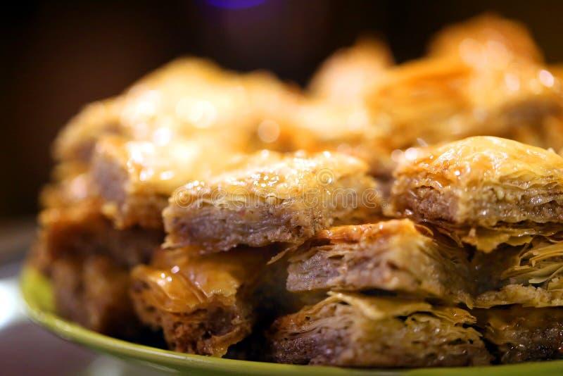 可口明亮的土耳其果仁蜜酥饼宏观照片在餐馆 免版税库存图片