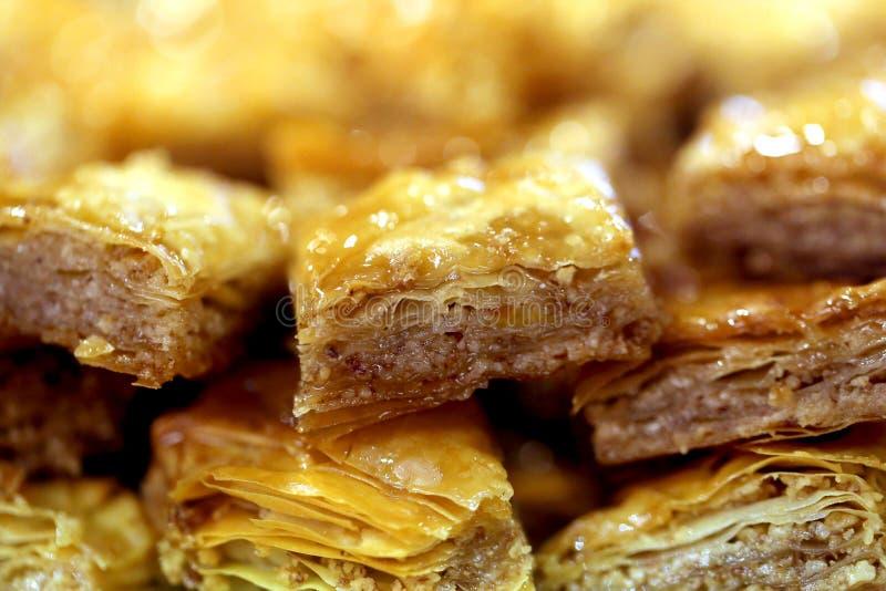 可口明亮的土耳其果仁蜜酥饼宏观照片在餐馆 免版税库存照片