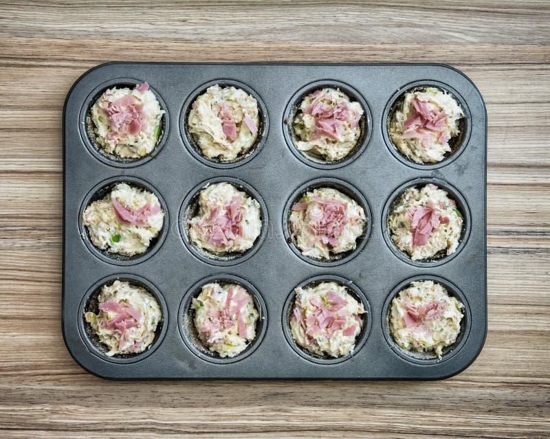 可口松饼充塞用火腿和乳酪在盘子 库存图片
