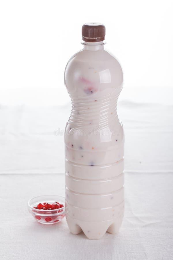 可口果子、希腊酸奶和格兰诺拉麦片冷甜点在白色背景 免版税图库摄影