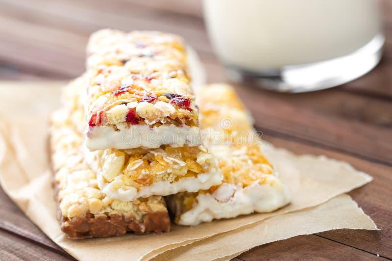 可口格兰诺拉麦片棒用燕麦、蜂蜜和酸奶,健康食物早餐 免版税库存图片