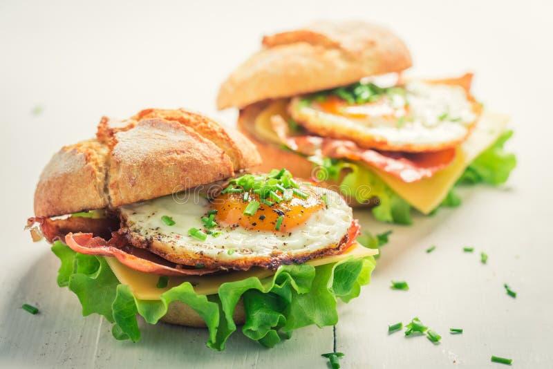 可口汉堡特写镜头用鸡蛋、乳酪和烟肉 免版税库存图片