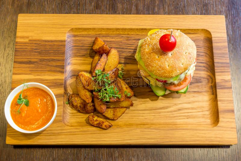 可口汉堡用肉、菜、土豆和橙色sauc 库存图片
