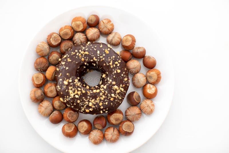 可口油炸圈饼和榛子在板材 免版税图库摄影