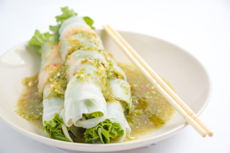 可口油煎的饺子酥脆用辣调味汁 免版税图库摄影