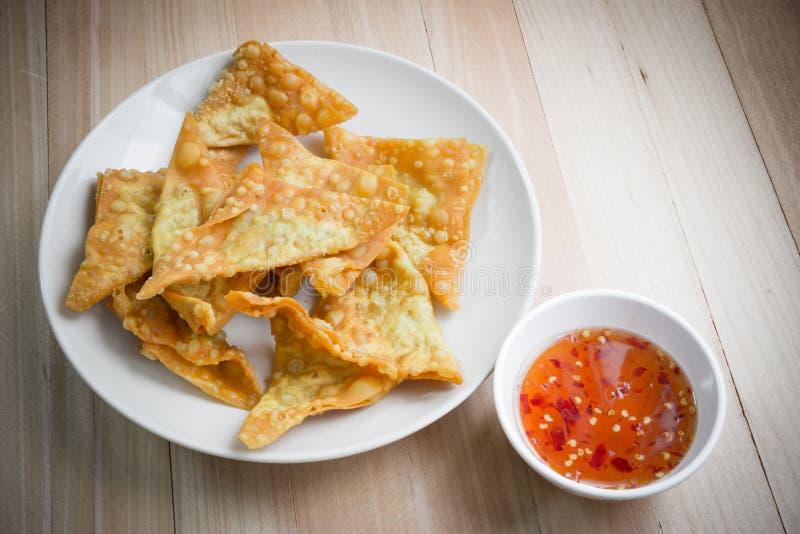 可口油煎的饺子酥脆用辣调味汁 免版税库存照片