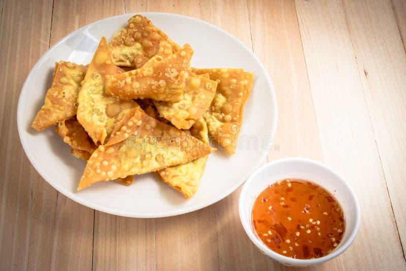 可口油煎的饺子酥脆用辣调味汁 免版税库存图片