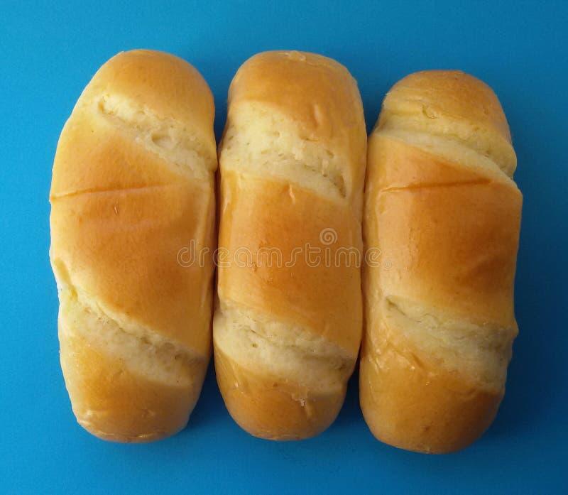 可口法兰西卷面包 在蓝色背景的软和甜小圆面包 库存图片