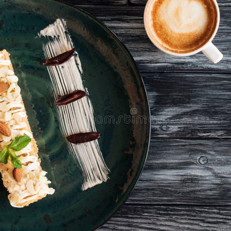可口点心特写镜头视图用杏仁和杯子热奶咖啡 免版税库存图片