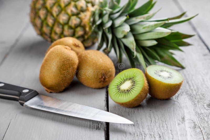 可口猕猴桃和菠萝在灰色木背景结果实 图库摄影