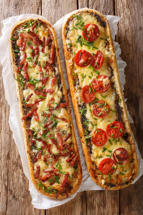 可口砂锅三明治用烟肉、蘑菇、蕃茄和无盐干酪乳酪特写镜头 垂直的看法上面 免版税库存图片