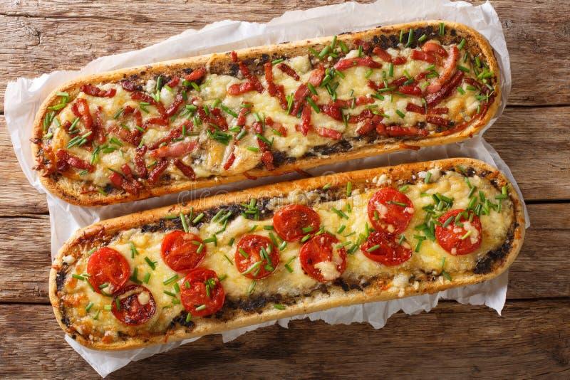 可口砂锅三明治用烟肉、蘑菇、蕃茄和无盐干酪乳酪特写镜头 水平的看法上面 免版税库存图片