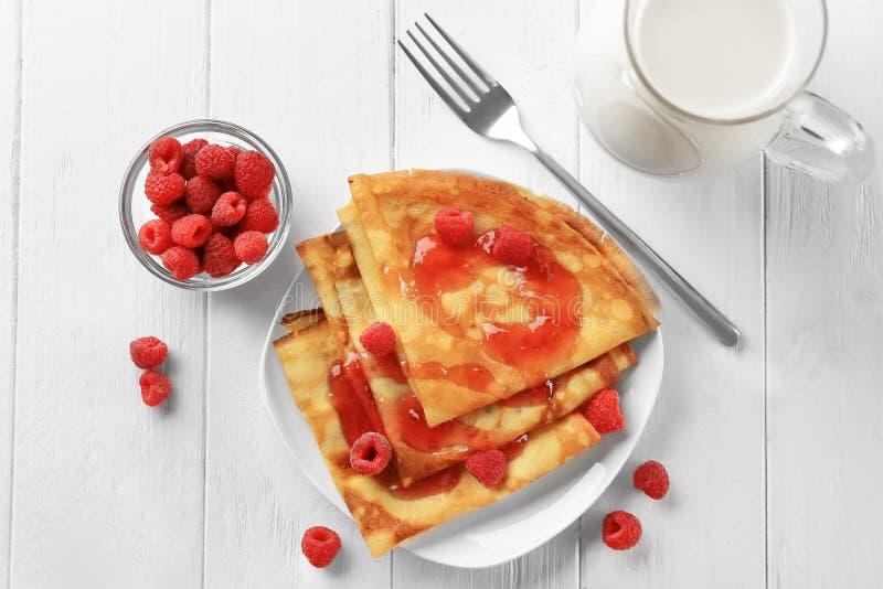 可口稀薄的薄煎饼服务用莓和果酱 免版税图库摄影