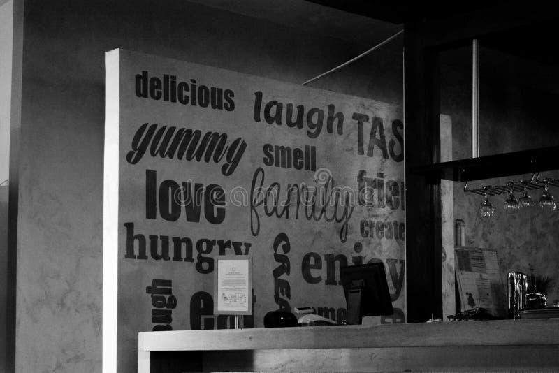 可口笑气味家庭爱饥饿的题字墙壁 免版税库存照片