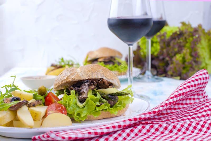可口素食汉堡和土豆 午餐和酒 轻的背景和空间文本的 复制空间 免版税库存图片