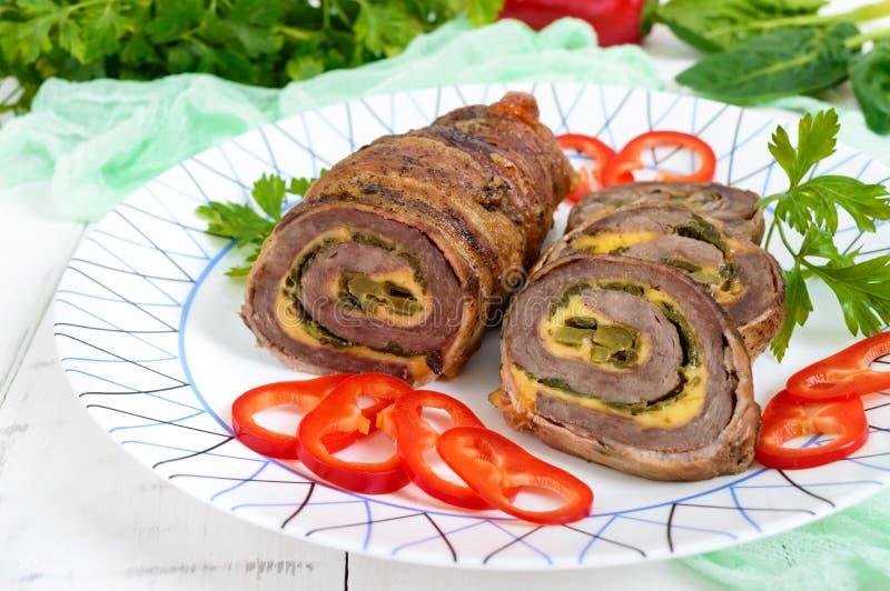 可口肉卷用菠菜、乳酪和酱瓜在板材 免版税库存照片
