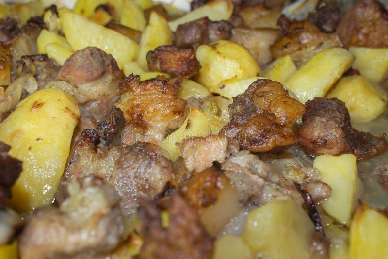 可口肉用油煎的土豆 可口食物关闭 免版税库存照片