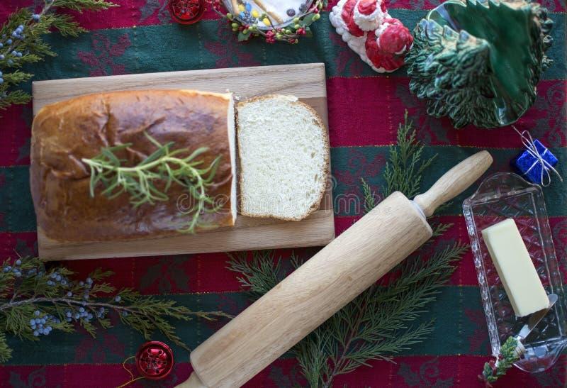 可口自创在木切板的假日白面包 库存照片