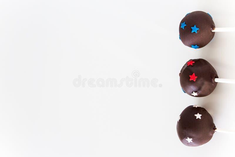 可口自创巧克力蛋糕在棍子流行 白色backgrou 免版税图库摄影