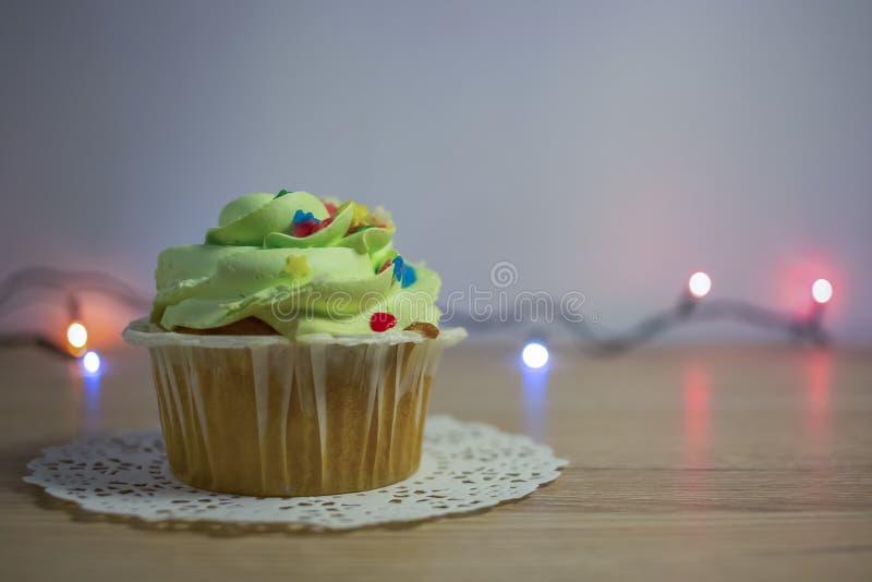 可口自创杯形蛋糕或松饼与奶油 库存照片