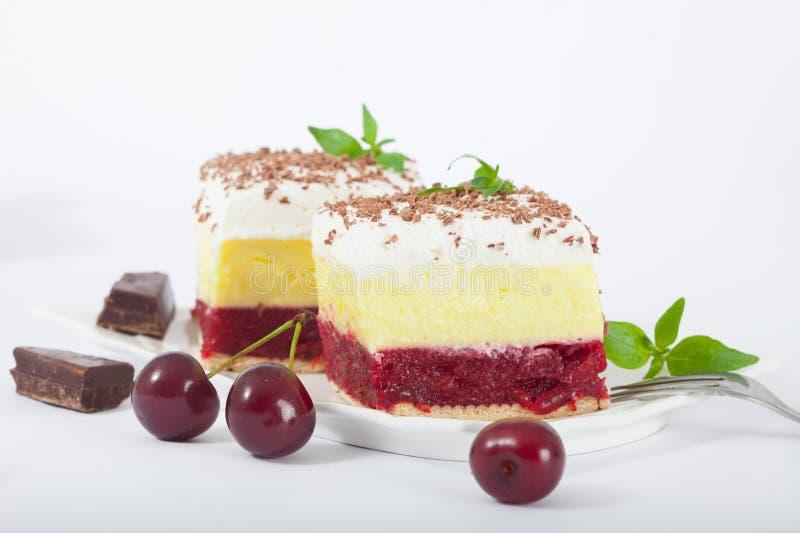 可口自创樱桃蛋糕用香草和纯奶油 免版税图库摄影