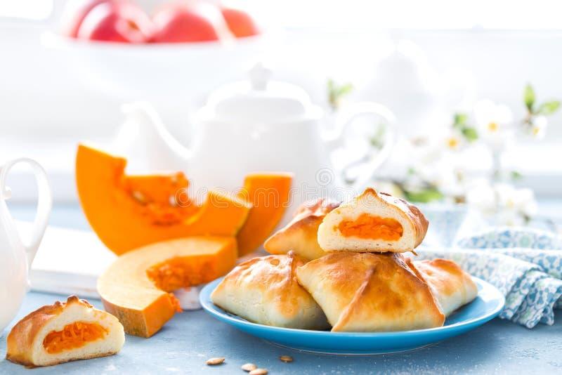 可口自创烘烤 小馅饼用在白色背景的新鲜的南瓜 库存照片