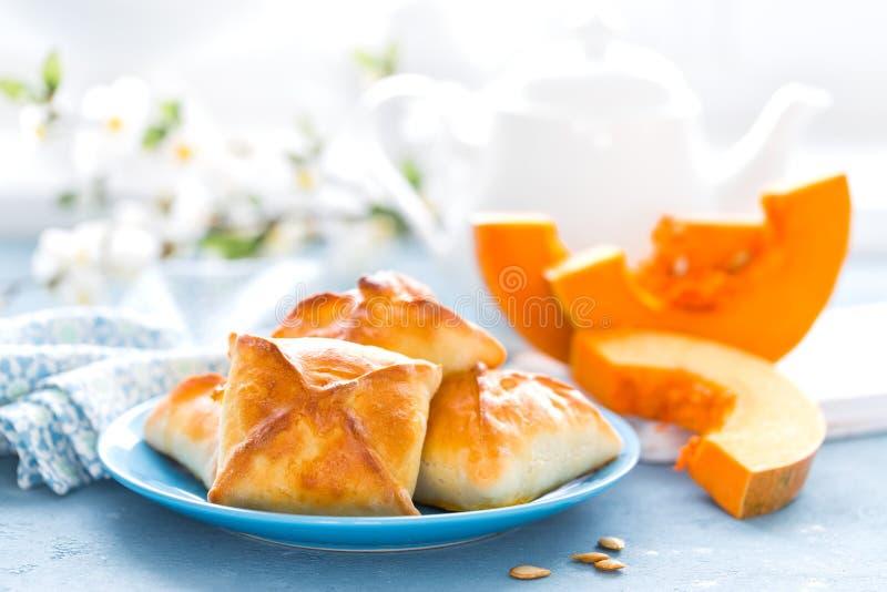 可口自创烘烤 小馅饼用在白色背景的新鲜的南瓜 免版税库存照片