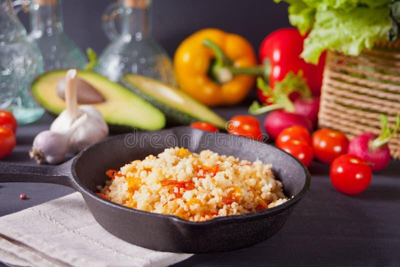 可口自创素食蒸丸子用蕃茄、红萝卜、胡椒和新鲜的蓬蒿在黑暗的厨房用桌上与菜 库存图片