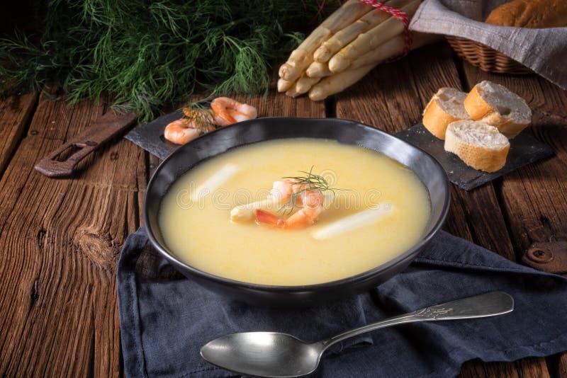 可口芦笋奶油汤用大虾和新鲜的莳萝 库存图片