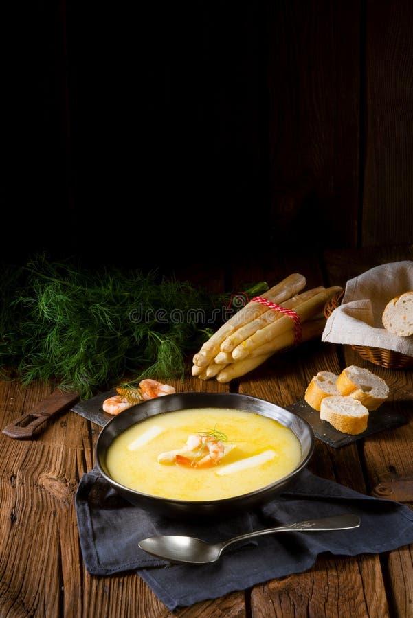可口芦笋奶油汤用大虾和新鲜的莳萝 免版税库存照片