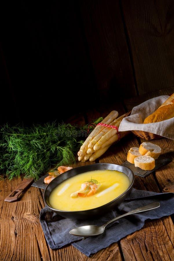 可口芦笋奶油汤用大虾和新鲜的莳萝 免版税库存图片