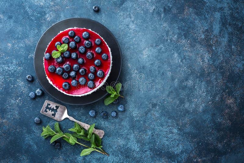 可口蓝莓蛋糕用新鲜的莓果和橘子果酱,鲜美乳酪蛋糕 免版税库存图片