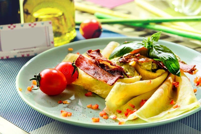 可口薄煎饼俄式薄煎饼用烟肉和辣椒 新的restaur 免版税库存照片