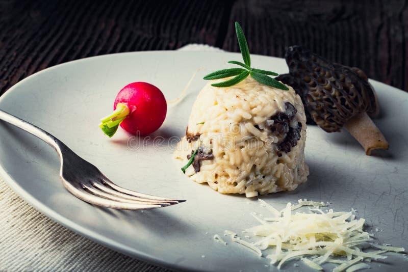 可口蘑菇意大利煨饭用帕尔马干酪 库存照片