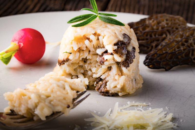 可口蘑菇意大利煨饭用帕尔马干酪 库存图片