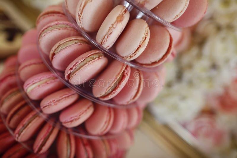 可口蛋白杏仁饼干特写镜头在棒棒糖的 免版税库存照片