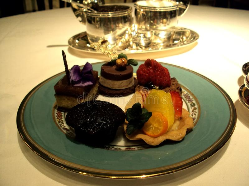 可口蛋糕和美味板材  免版税库存照片