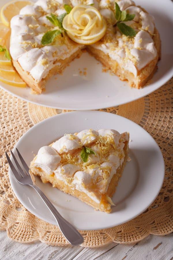 可口被切的柠檬蛋白甜饼蛋糕关闭在桌上 Vert 库存照片
