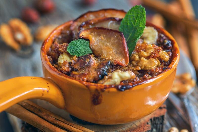 可口被烘烤的燕麦粥用苹果、坚果和香料 图库摄影