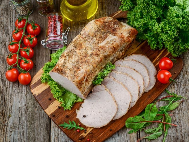 可口辣肉 辣肉烘烤用辣椒 被烘烤的肉片断用香料和菜在桌上 图库摄影